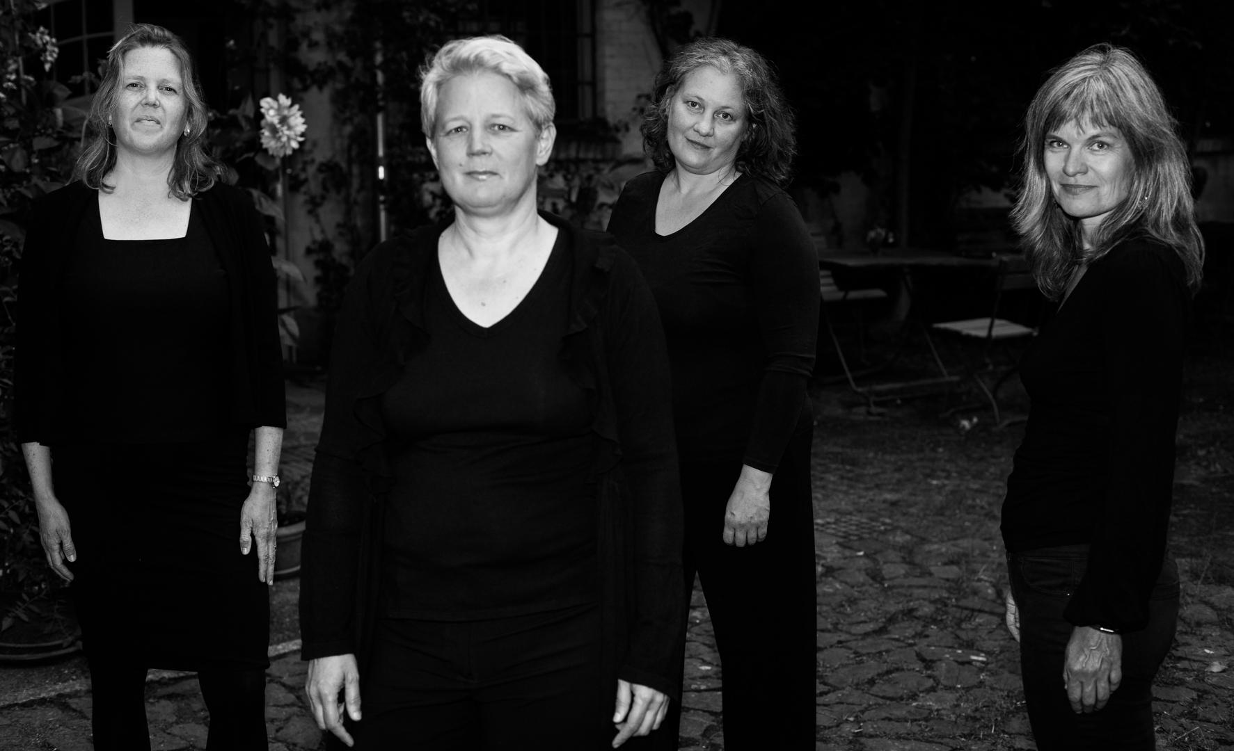Bild vom Ensemble in Schwarz/Weiß